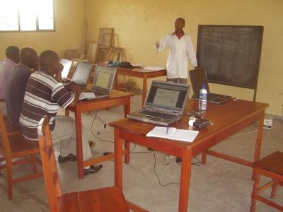 Fourniture d'ordinateurs adaptés et organisation des cours pour leur utilisation