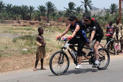 Tour du Burundi en tandem pour récolter des aides