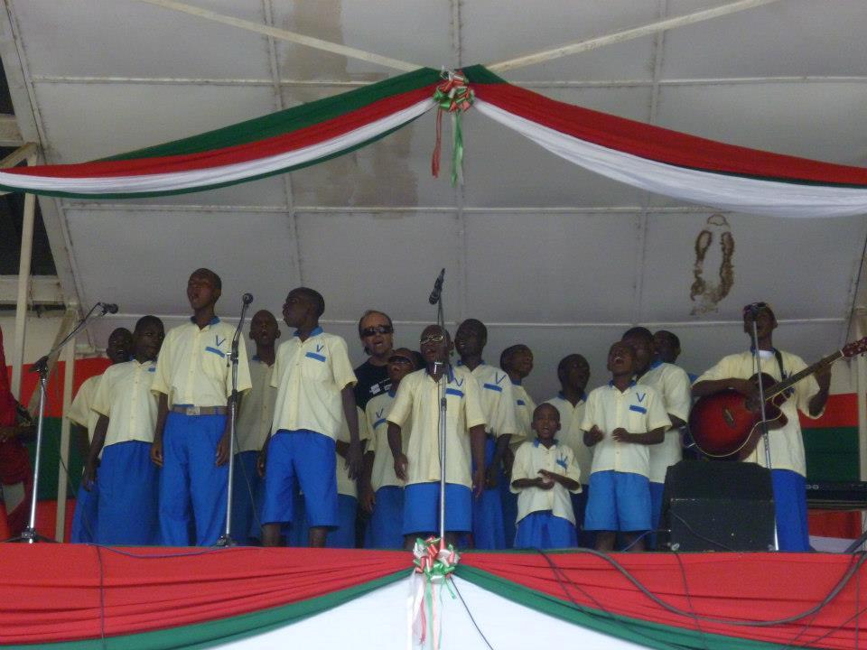 Les enfants et Jean-Luc participent à leur premier concert au stade de Bujumbura.