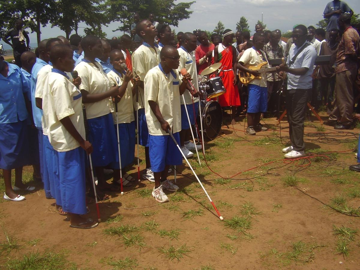 Les enfants de l'école de Gihanga avec leurs cannes blanches animent une fête