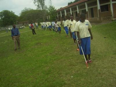 Les enfants de Gihanga se déplacent en groupe, ils veulent simplement aller plus loin ensemble...