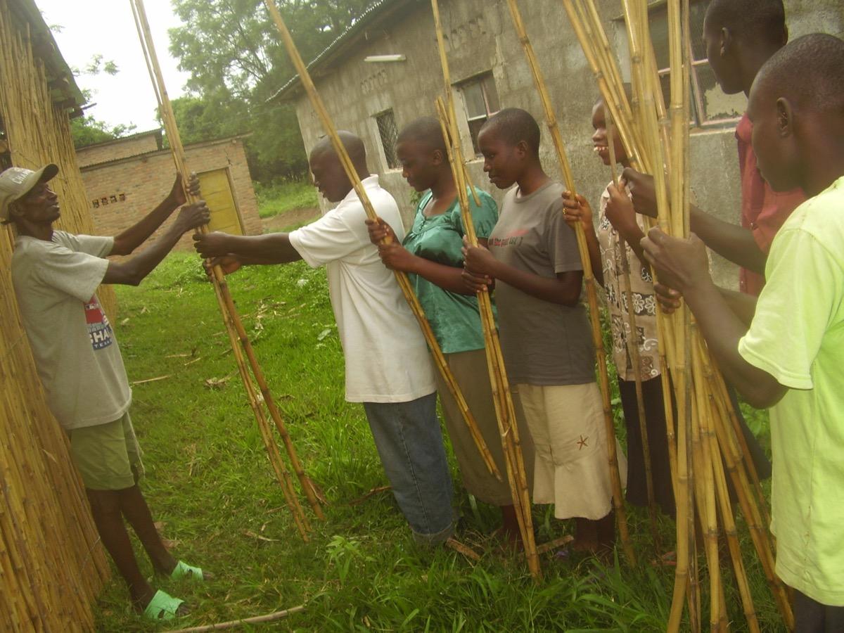 Les enfants participent activement à la construction et à l'entretien de leur poulailler de 700 poules.