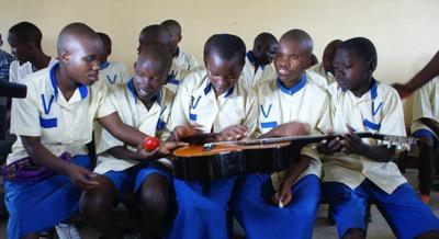 Les enfants découvrent leurs nouveaux instruments de musique