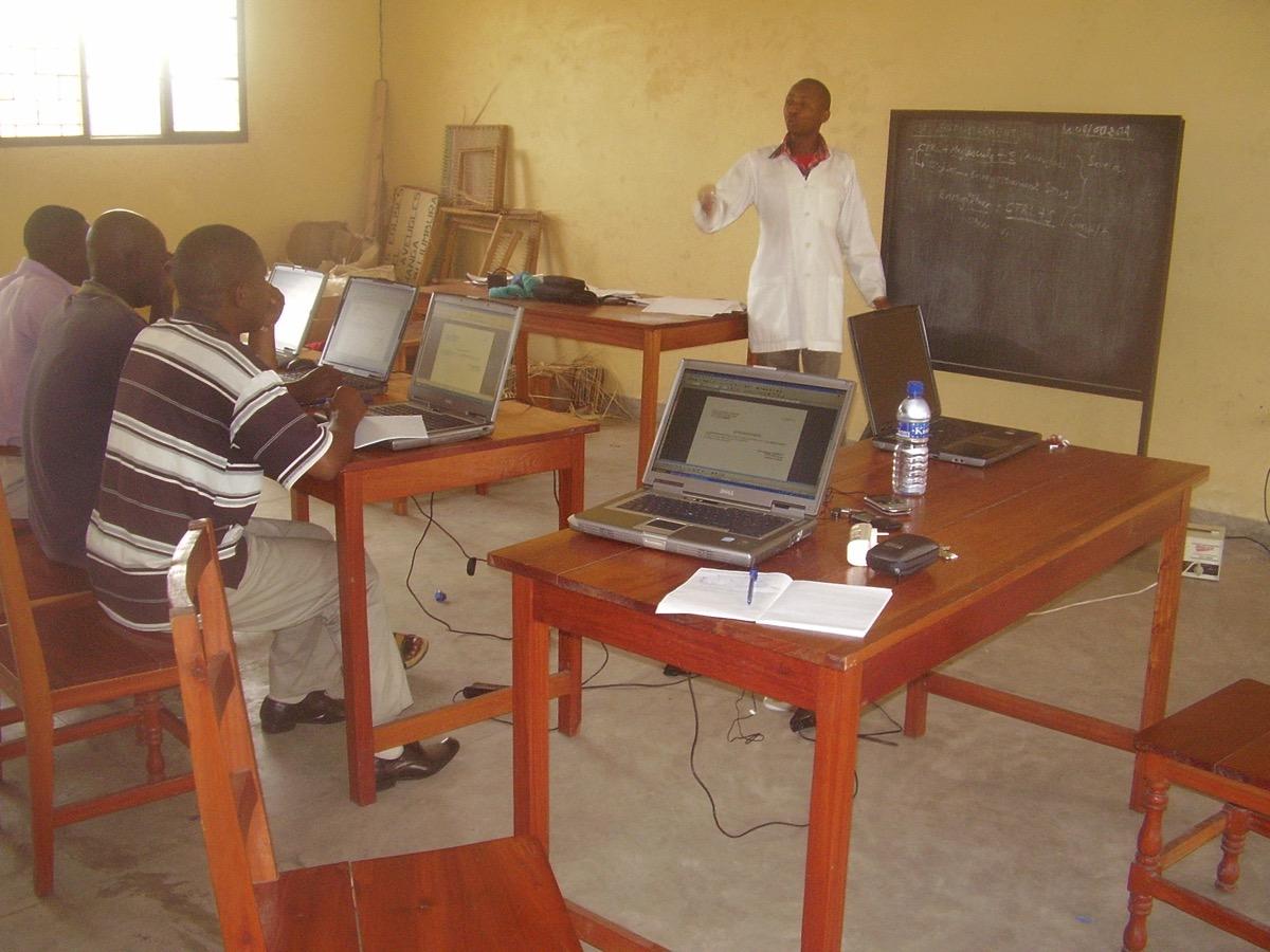 Fourniture de PC adaptés et de cours, adaptés, eux-aussi ...
